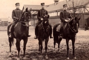 Husarer från K2 i Helsingborg under andra världskriget (mannen i mitten är föreningens revisors far). Bild privat